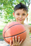 weinig jongen met bal in zijn handen Stock Foto