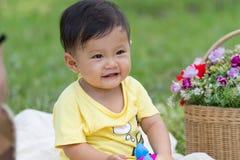 Weinig jongen met bloem royalty-vrije stock foto