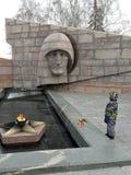 Weinig jongen met bloemen op de vakantie van 9 Mei de dag van overwinning in Tweede wereldoorlog de USSR dichtbij monument aan on royalty-vrije stock foto's