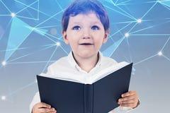 Weinig jongen met boek, digitaal onderwijsconcept royalty-vrije stock fotografie