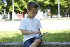 Weinig jongen met de tablet van PC royalty-vrije stock foto