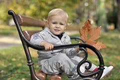 Weinig jongen met een blad Stock Foto's