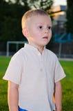 Weinig jongen met een buitensporig kapsel dat weg eruit ziet Royalty-vrije Stock Afbeeldingen