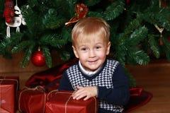 Weinig jongen met een gift Royalty-vrije Stock Foto's