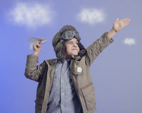 Weinig jongen met een vliegtuig. Royalty-vrije Stock Fotografie