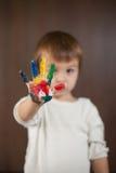 Weinig jongen met geschilderde handen Stock Fotografie
