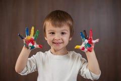 Weinig jongen met geschilderde handen Royalty-vrije Stock Afbeeldingen