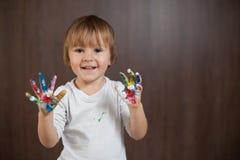 Weinig jongen met geschilderde handen Stock Afbeelding