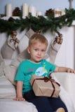 Weinig jongen met gift Stock Fotografie
