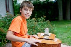 Weinig jongen met gitaar Stock Afbeeldingen