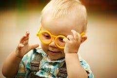 Weinig jongen met glazen royalty-vrije stock fotografie
