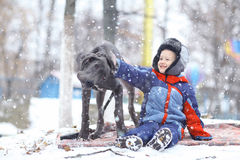 Weinig jongen met grote zwarte hond Royalty-vrije Stock Fotografie