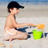 Weinig jongen met hoed het spelen op strand royalty-vrije stock foto's