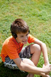 Weinig jongen met hoofdtelefoons Royalty-vrije Stock Afbeeldingen