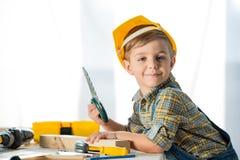 Weinig jongen met hulpmiddelen stock afbeeldingen