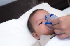 Weinig jongen met inhalatiemasker Stock Afbeelding