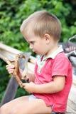 Weinig jongen met katapult stock afbeelding