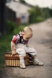 Weinig jongen met koffer stock foto's