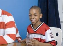 Weinig jongen met melksnor Stock Afbeelding