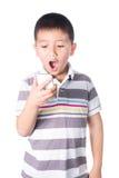 Weinig jongen met mobiele die telefoon ter beschikking op witte achtergrond wordt geïsoleerd Stock Fotografie