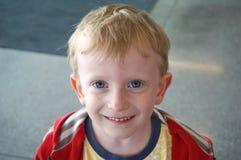 Weinig jongen met mooie blauwe ogen, het portret van het kindclose-up, het concept kinderjarengeluk en onschuld royalty-vrije stock foto