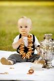 Weinig jongen met ongezuurde broodjes stock afbeelding