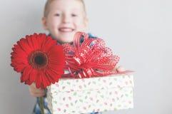 Weinig jongen met rode bloem en giftdoos royalty-vrije stock foto