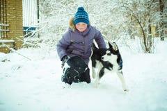 Weinig jongen met Schor hond Stock Afbeelding