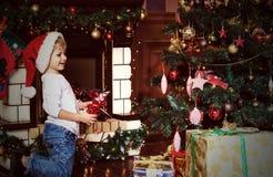 Weinig jongen met stelt bij Kerstmis voor Royalty-vrije Stock Afbeeldingen