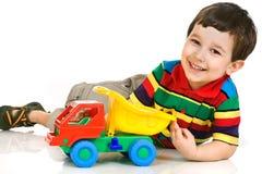 Weinig jongen met stuk speelgoed auto stock foto