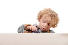 Weinig jongen met stuk speelgoed auto Royalty-vrije Stock Afbeelding