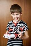 Weinig jongen met stuk speelgoed quadcopter hommel Stock Fotografie