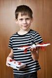 Weinig jongen met stuk speelgoed quadcopter hommel Royalty-vrije Stock Fotografie
