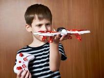 Weinig jongen met stuk speelgoed quadcopter hommel Royalty-vrije Stock Foto's