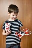 Weinig jongen met stuk speelgoed quadcopter hommel Royalty-vrije Stock Afbeelding
