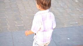 Weinig jongen met uitsteeksel het lopen stock footage