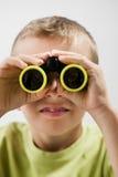 Weinig jongen met verrekijkers Stock Afbeelding