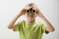 Weinig jongen met verrekijkers Stock Foto