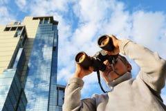 Weinig jongen met verrekijkers openlucht Stock Fotografie