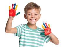 Weinig jongen met verven op handen Stock Afbeelding