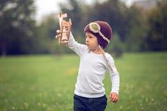 Weinig jongen met vliegtuig Stock Afbeelding