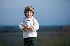 Weinig jongen met vliegtuig Royalty-vrije Stock Afbeelding