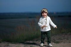 Weinig jongen met vliegtuig Stock Foto's