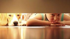 Weinig jongen met zijn beste hond van de vriendenbrak onder het bed stock video