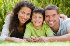Weinig jongen met zijn ouders het liggen Royalty-vrije Stock Foto