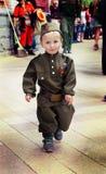 Weinig jongen in militaire eenvormig op de dag van de vakantieoverwinning stock afbeeldingen