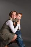 Weinig jongen omhelst zacht zwangere moeder Royalty-vrije Stock Afbeelding