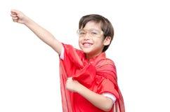 Weinig jongen is omhoog gekleed als superhero het vliegen royalty-vrije stock afbeeldingen