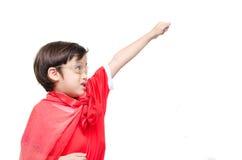 Weinig jongen is omhoog gekleed als superhero het vliegen stock fotografie