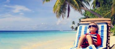 Weinig jongen ontspande op de zomer tropisch strand Stock Fotografie